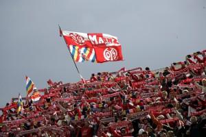 spo003-fsv-mainz05-fans-mit-fahne